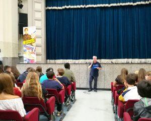 Il Preside della scuola media, il professore don Gianni Marcias accoglie gli studenti